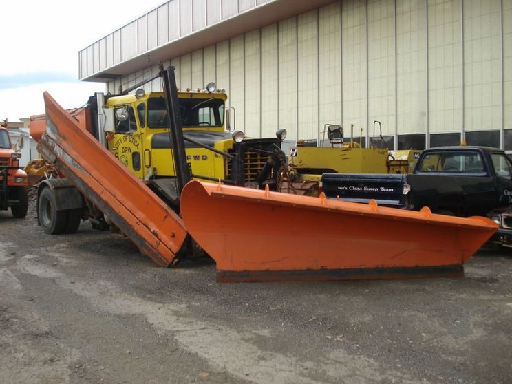http://www.badgoat.net/Old Snow Plow Equipment/Trucks/FWD Trucks/FWD's of Upstate New York/GW744H558-6.jpg