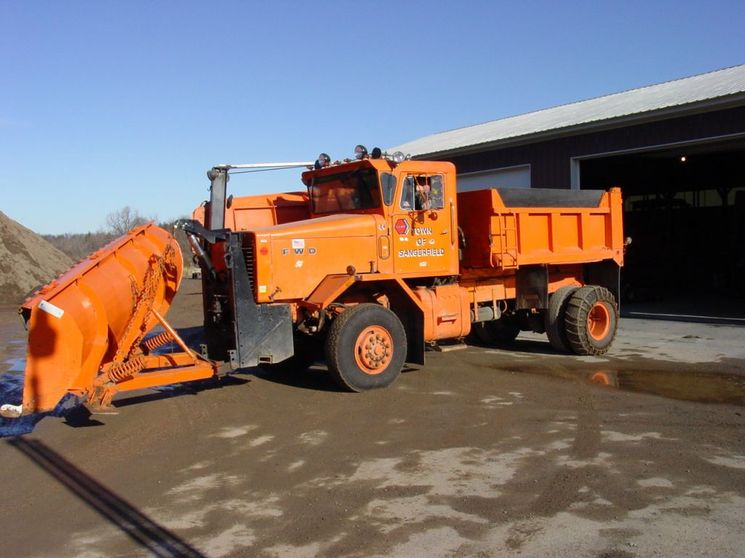 http://www.badgoat.net/Old Snow Plow Equipment/Trucks/FWD Trucks/FWD's of Upstate New York/GW745H558-9.jpg