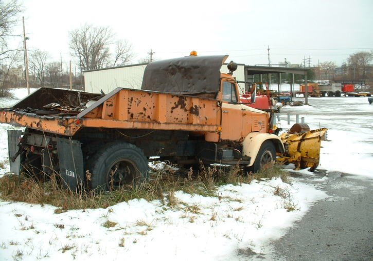http://www.badgoat.net/Old Snow Plow Equipment/Trucks/FWD Trucks/Lawrence Park FWD's/GW725H5091.jpg